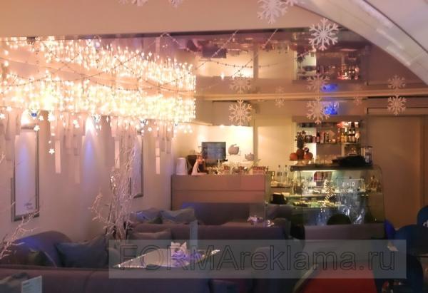 Наружная реклама в Самаре | Новогоднее оформление кафе объемными снежинками и объемными сосульками