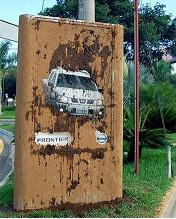 Lowe & Partners рекламирует Nissan Frontier на «грязных» щитах